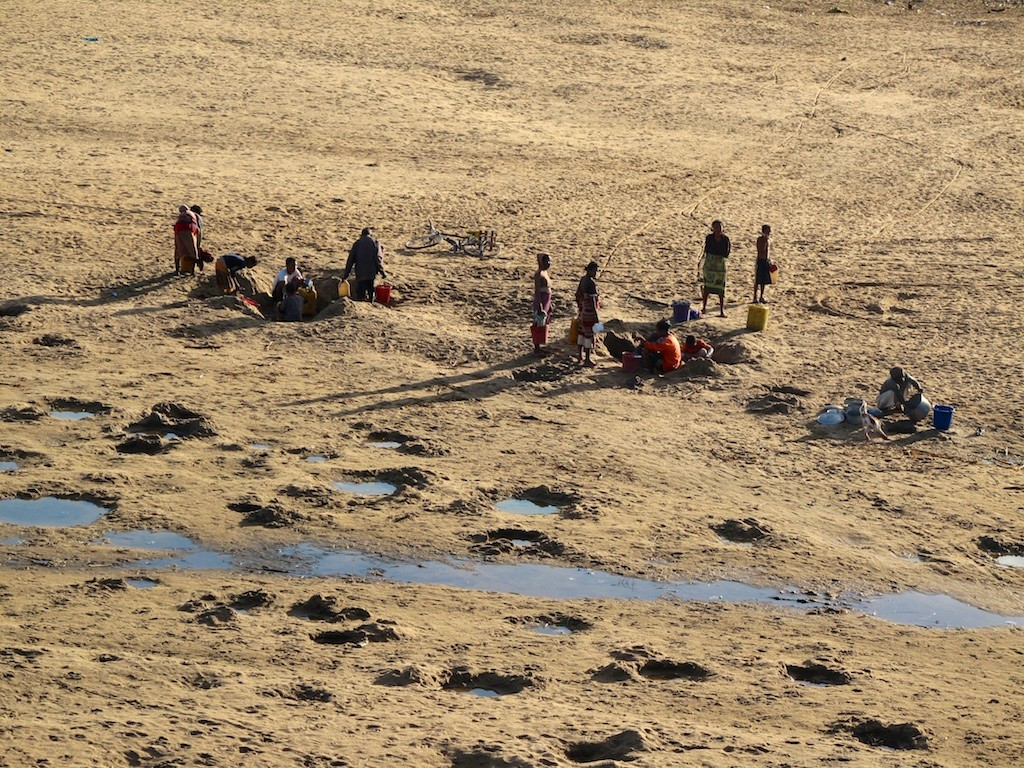 Local people digging for (dirty) drinking water